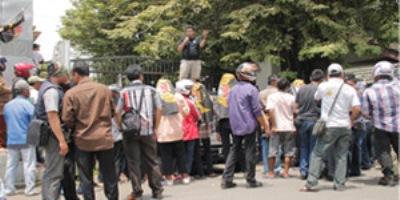 Massa Memadati Gerbang Pintu Masuk Balaikota Tangsel