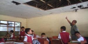 Salah Seorang Guru Yang Sedang Menunjuk Atap Sekolah Yang Mau Ambruk