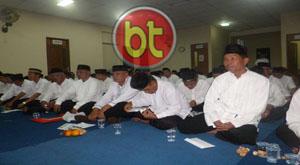 RW dan RT saat mendengarkan sambutan yang disampaikan oleh Sekcam Larangan Drs. Sumardi MM. (Foto: Putra)