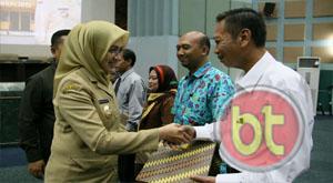 Walikota Tangsel, Airin Rachmi Diany saat menyerahkan SK kepada salah seorang honorer yang lulus CPNS kategori 2 (K2) (Foto : Dra)