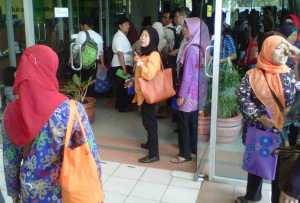 1000 Guru Honorer Antri di Gedung Nyi Ageng Serang