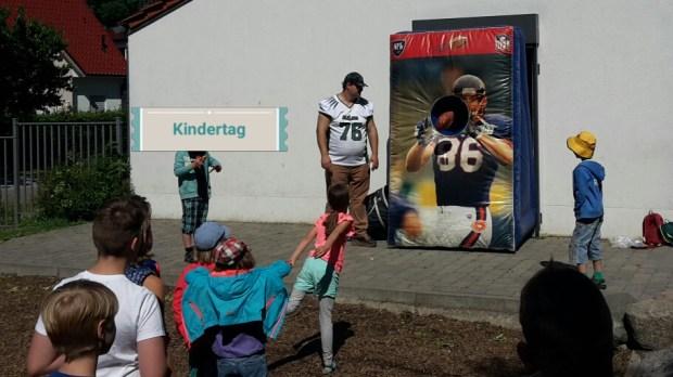 zeigt eine Gruppe wartender Kinder vor der Quaterback Challenge