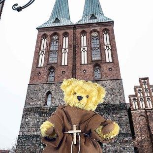 """© Dr. Ursula Fellberg: Der Bär """"Martin Luther"""" wurde von Hermann Coburg 2004 im Rahmen der Biblical Serie geschaffen und gehört zur Sammlung Fellberg; die Fotos zeigen ihn vor der Nikolaikirche in Berlin Mitte und seinem plüschigen Abbild."""