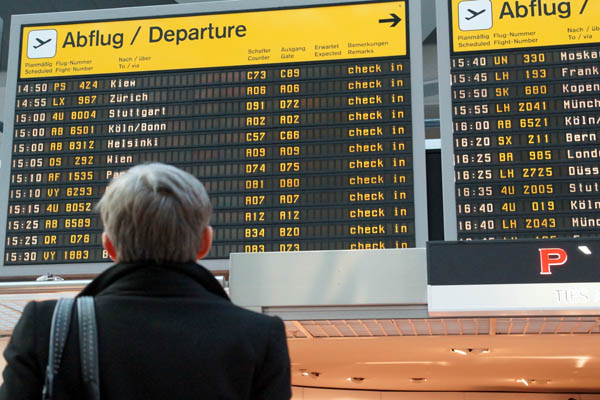 Ein Passagier schaut auf die Anzeigetafel im Flughafen Berlin-Tegel (© O. Pritzkow)