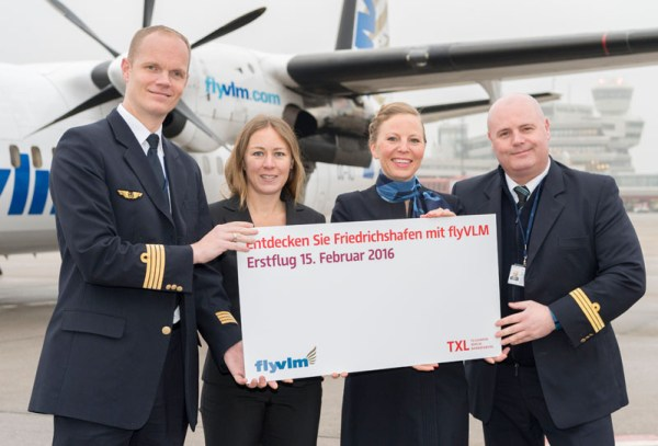 Begrüßung am Flughafen Berlin-Tegel, v.l.n.r.: Kapitän Sander de Groot (VLM), Jana Friedrich (Flughafen Berlin Brandenburg GmbH), Purser Margot de Boer (VLM), First Officer Bjorn Lindeboom (VLM)