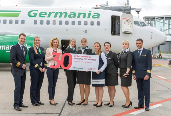 Erstflug nach Bodrum mit der Crew von Germania und Vicky Kramer, Director Marketing Germania (3.v.l.), und Jana Friedrich, Aviation Marketing Flughafen Berlin Brandenburg GmbH (6.v.l.)