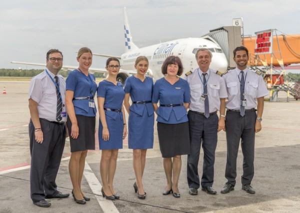 Crew vor Ellinair-Maschine beim Erstflug (© G. Wicker/FBB)