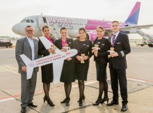 Erstflug nach Kutaissi in Georgien. Wizz Air bereichert den Flugplan ab Berlin-Schönefeld um eine neue Destination. V.l.n.r.: Simon Miller (Aviation Marketing, Flughafen Berlin Brandenburg GmbH), Csilla Bona (Cabin Crew, Wizz Air), Gizella Menö (Senior Cabin Crew, Wizz Air), Kim Sziertes (Cabin Crew, Wizz Air), Agrueseka Krzakaka (Senior Cabin Crew, Wizz Air), Jurriaan Westerduin (Senior First Officer, Wizz Air)