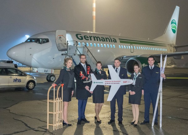 Germania fliegt ab sofort ab Schönefeld die Winterdestination Rovaniemi in Finnland an. Im Bild: Johannes Mohrmann (2.v.l.) (Senior Manager Key Account and Business Development, Flughafen Berlin Brandenburg GmbH) und Germania-Crew.