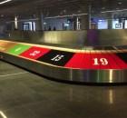 Gepäckband am Flughafen Frankfurt bewirbt die Speilbank Bad Homburg