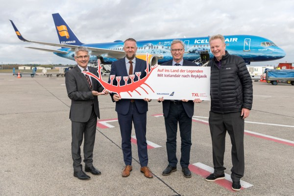 V.l.n.r.: Elmar Kleinert (Geschäftsleiter Operations, Flughafen Berlin Brandenburg GmbH), Birkir Hólm Gudnason (CEO, Icelandair), Gudjon Arngrimsson (VP Corporate Communications, Icelandair), Arthur Björgvin Bollason (PR Germany, Icelandair) (© G. Wicker/FBB)
