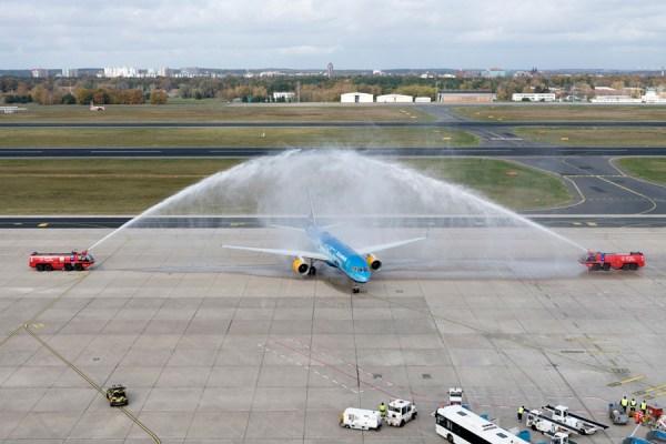 Die erste Maschine der isländischen Fluggesellschaft wurde mit einer Wasserfontäne am Flughafen Berlin-Tegel begrüßt. (© G. Wicker/FBB)