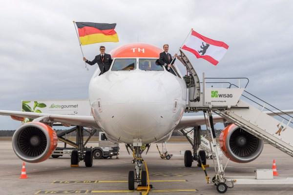 Vor dem Take-off des Erstfluges in Richtung München winken Sander Eenink (First Officer) und Robert Krahe (Captain, easyJet) mit der Deutschland- und Berlinflagge aus dem Cockpit. (G. Wicker/FBB)