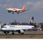 Ein Lufthansa-Jet wartet in Tegel auf Startfreigabe, während ein Flugzeug der easyJet zur Landung ansetzt. (© O. Pritzkow)