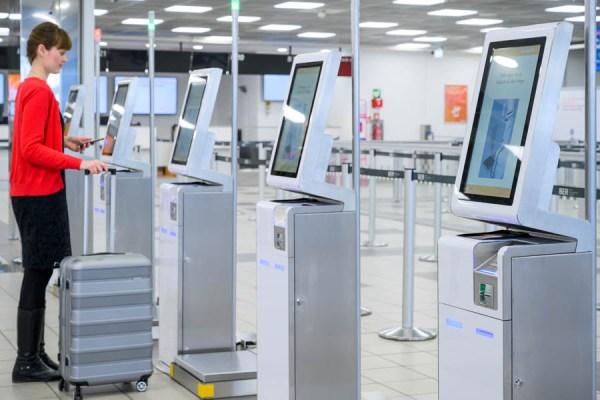 Der Self-Service-Kiosk Der Self-Kiosk dient dem Erfassen des Gepäcks und Drucken des Gepäcklabels (© G. Wicker/FBB)