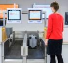 Gepäcklabel und Gewicht werden an der Aufgabestation vollautomatisch überprüft, bevor die Gepäckstücke über die Gepäckförderanlage abtransportiert werden. (© G. Wicker/FBB)