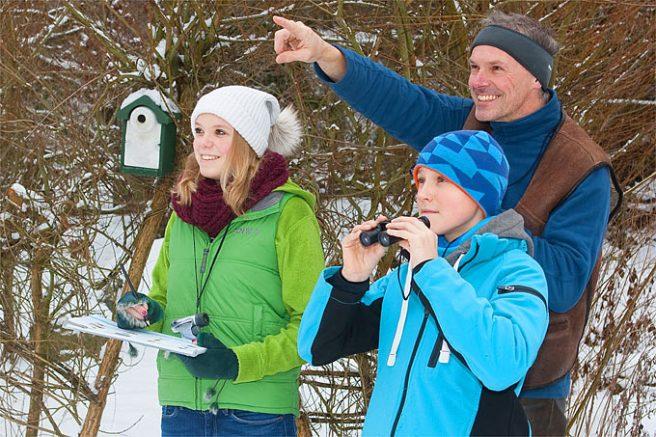 Winterliche Vogelbeobachtung - ein Spaß für die ganze Familie. - Foto: Frank Hecker
