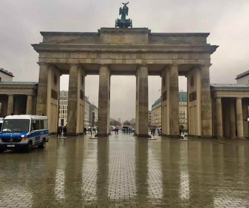 Brandenburger Tor med Unter den Linden i baggrunden