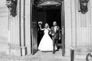 Brautpaar feiert vor Rathaus Schöneberg
