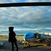 https://www.dreamstime.com/kid-near-airport-window-public-domain-image-free-84949237 cc0 bambina figlia aeroporto sola