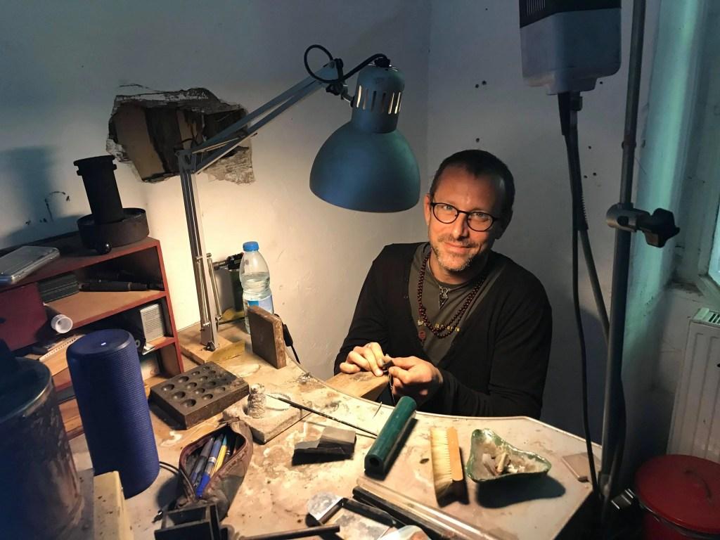 Emiliano Pascucci nel suo laboratorio