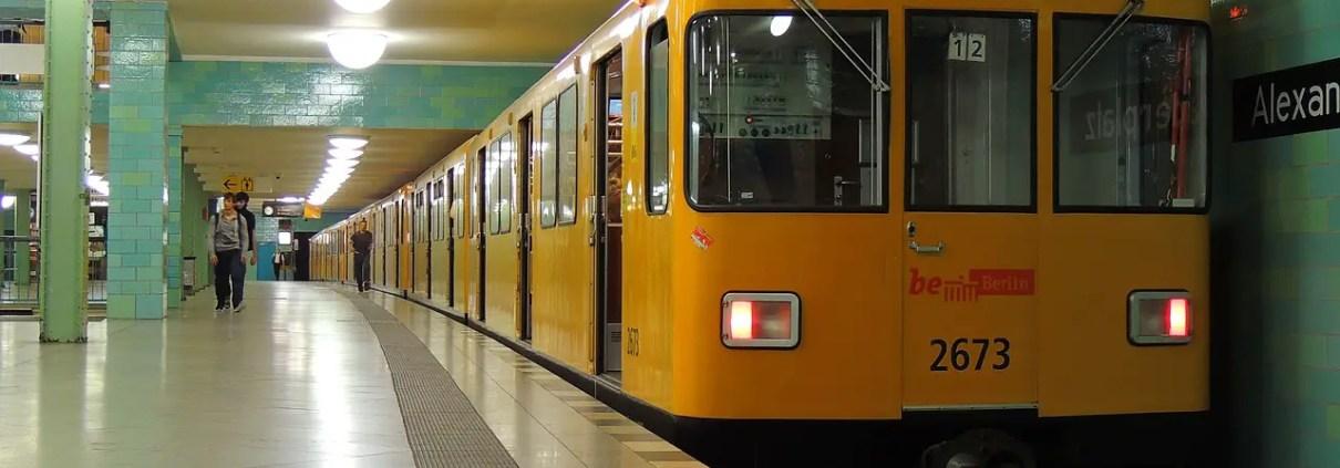Metro Berlino, AndyLeungHK, https://pixabay.com/it/photos/alexanderplatz-berlino-germania-2662043/, CC0.