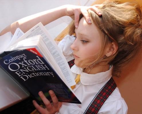 dizionario, ©libellule789, https://pixabay.com/it/photos/ragazza-inglese-dizionario-studio-2771936/