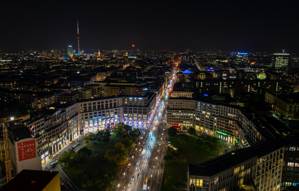 Berlin night, ©https://pixabay.com/it/photos/berlino-notte-fotografia-4577621/