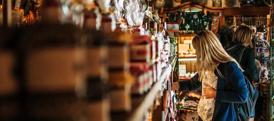 USATO, ©https://pixabay.com/it/photos/ragazza-donna-negozio-souvenir-4181395/