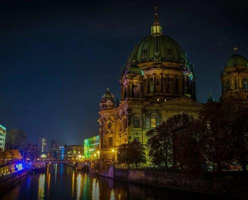 Berlino, ©https://pixabay.com/it/photos/notte-fotografia-esposizione-a-lungo-4581108/
