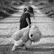bambini,©Greyerbaby, https://pixabay.com/it/photos/ragazza-a-piedi-teddy-bear-bambino-447701/