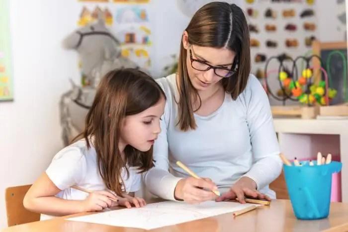 enseignante-et-enfant-apprentissage-cours-min