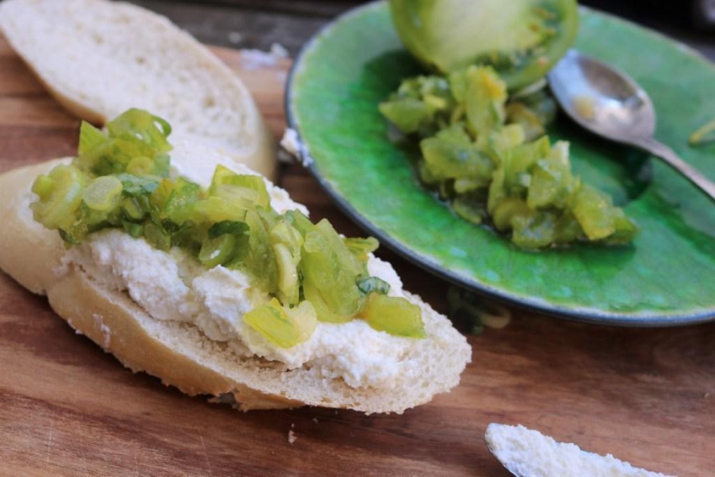 Brusschetta avec Ricotta de Berloumi et tomate verte.