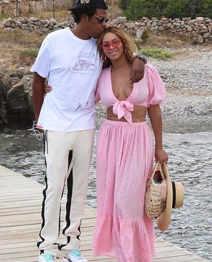 A cantora Beyoncé com bolsa e chapeu da Nannacay