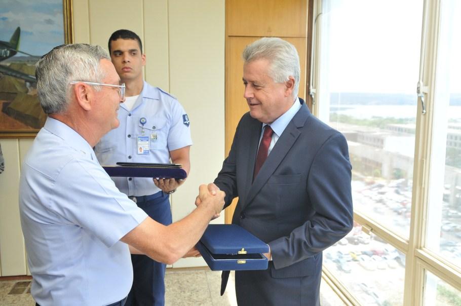 Comandante da Aeronáutica Nivaldo Luiz Rossato e governador Rodrigo Rollemberg
