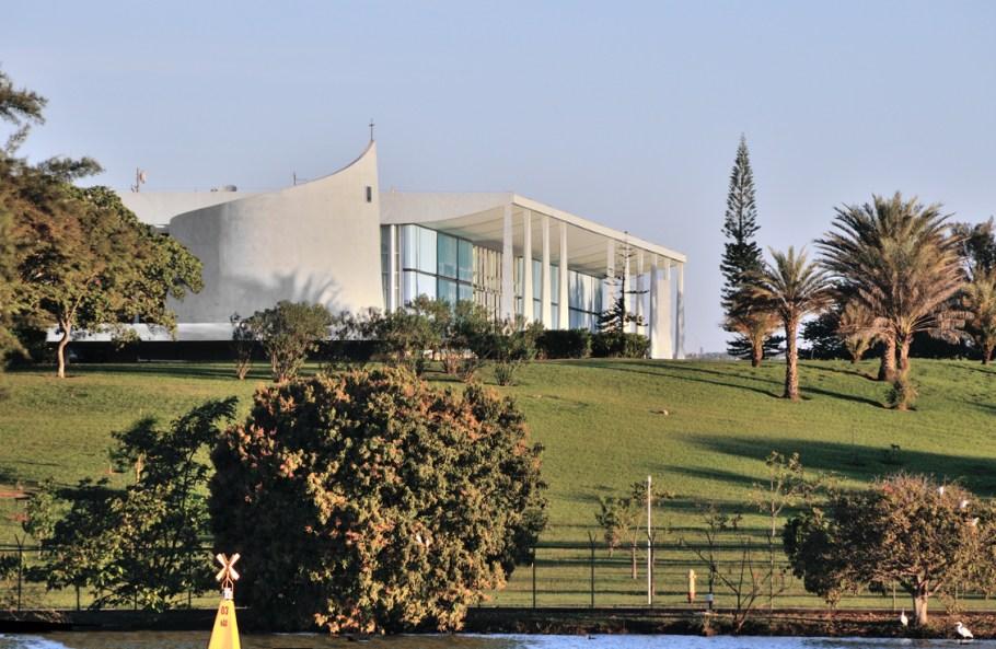 Palácio da Alvorada visto do Lago Paranoá