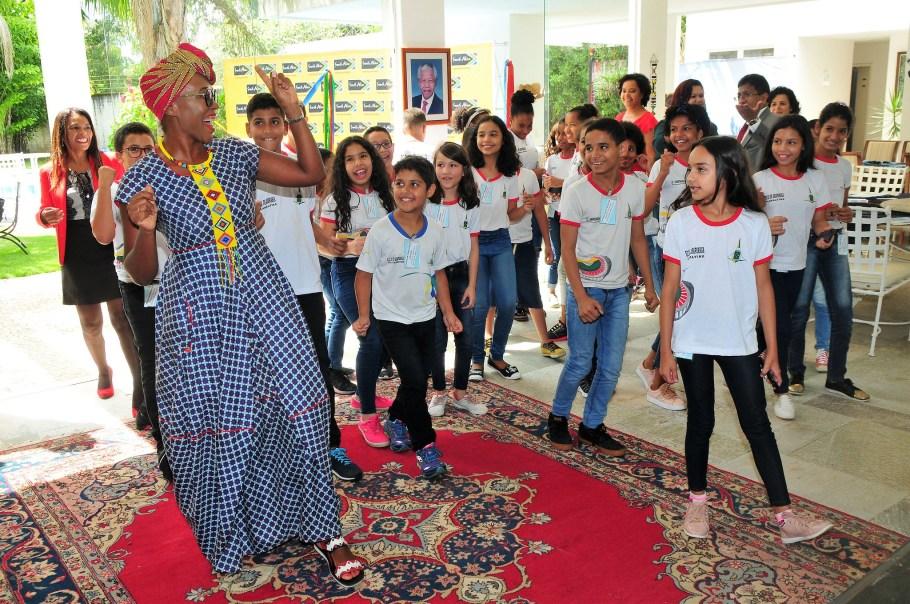 Vice-primeira-dama do DF leva alunos de Planaltina para conhecer Embaixada Sul-Africana - bernadetealves.com