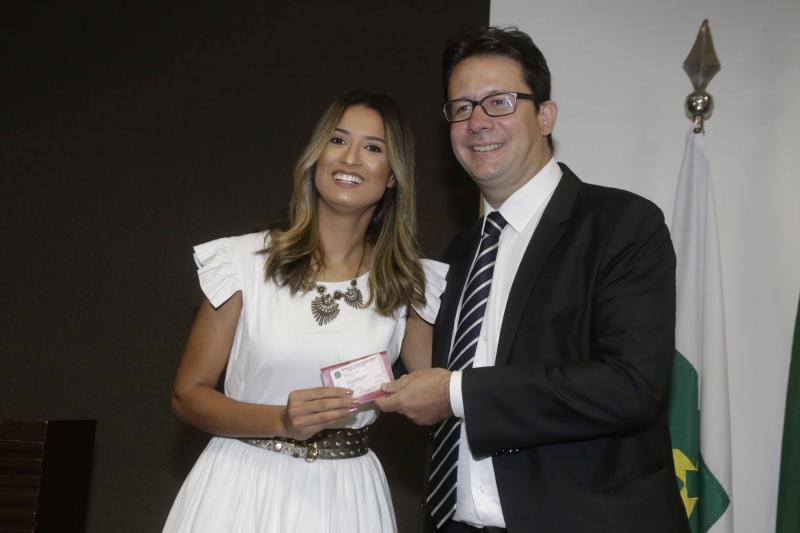 Letícia Sousa Curado recebendo a Carteira da OAB  das mãos do presidente Délio Lins e Silva - Bernadete Alves