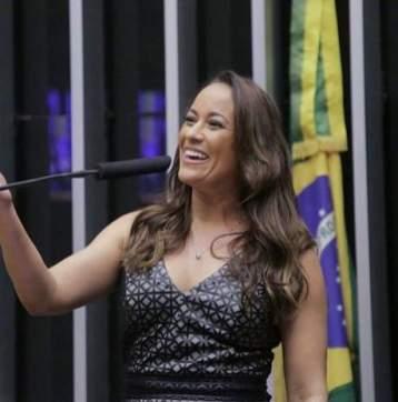 Apresentadora Renata Alves