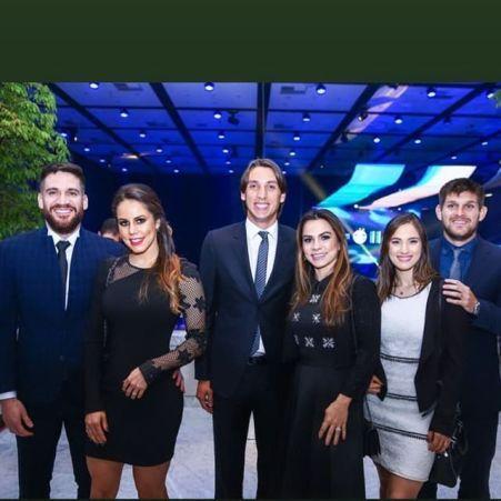 Marcelo Oliveira, Geromel e Kannemann, com as esposas na festa dos 116 anos do Grêmio