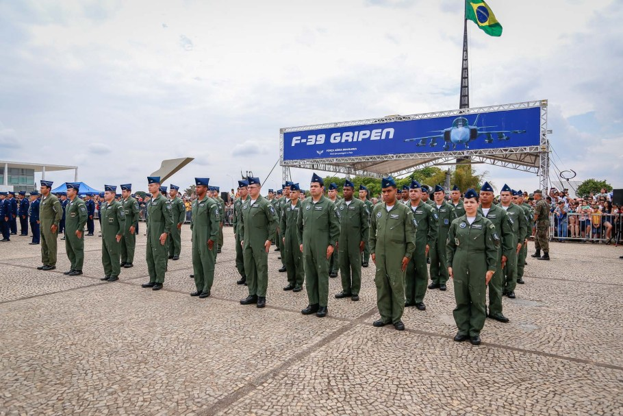 Aeronáutica comanda troca da Bandeira Nacional  - Bernadete Alves