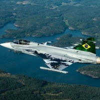 Caça Gripen da FAB faz seu primeiro voo com sucesso