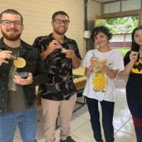 Plástico biodegradável feito de casca de laranja por estudantes de Brasília ganha prêmio internacional