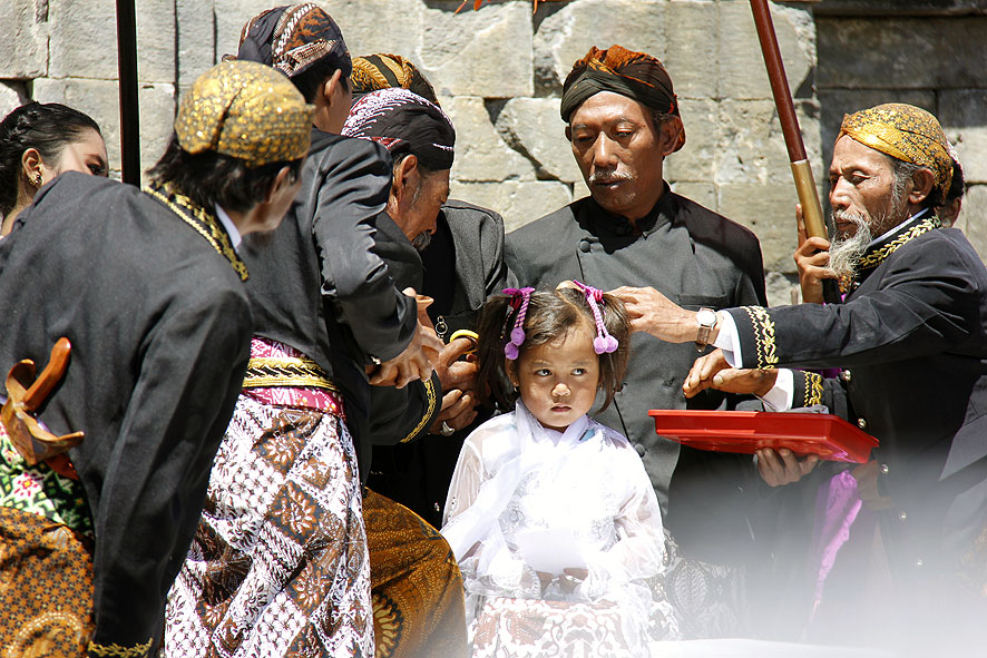 Upacara Pemotongan Rambut Gimbal Festival Dieng