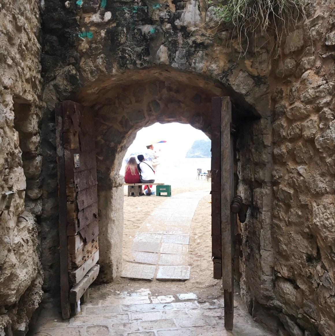 Eski şehirden plaja çıkış kapısı