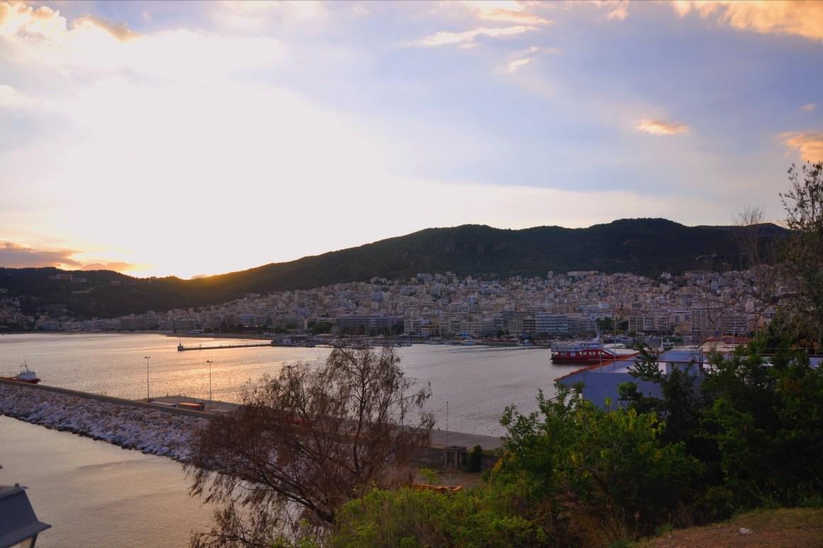 Gün batımında Kavala'nın eski şehrinden yeni şehir manzarası