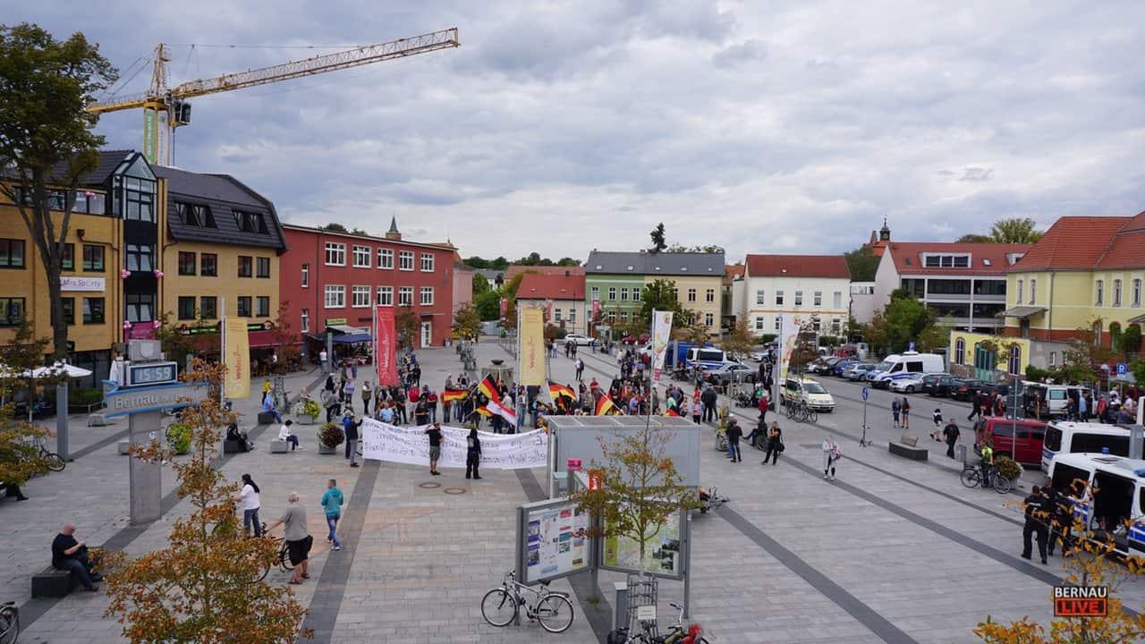 3b38da58055046 Friedensfest links- und AfD Kundgebung rechts vorm Bahnhof Bernau