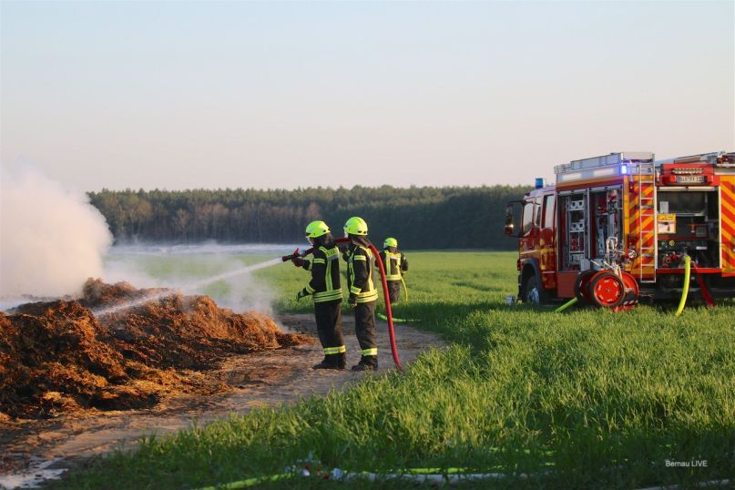 Helenenau: Bernauer und Barnimer Feuerwehr seit Stunden im Einsatz