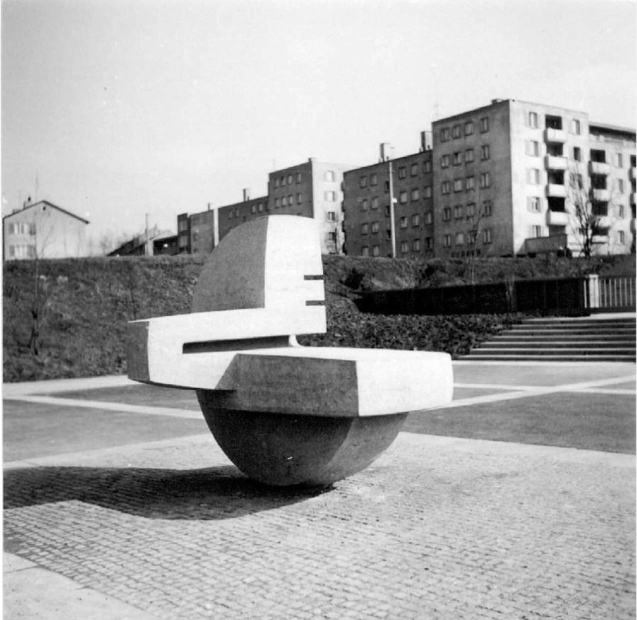 skulptur auf einem schulgelände