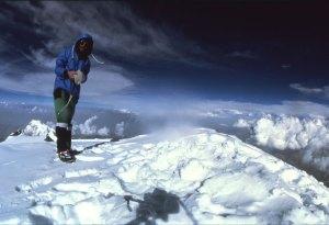 Das mit Selbstauslöser geschossene Foto vom Nanga Parbat 1978 nach Messners Solobesteigung (das erste Solo an einem 8000er überhaupt). (Quelle: Reinhold Messner)